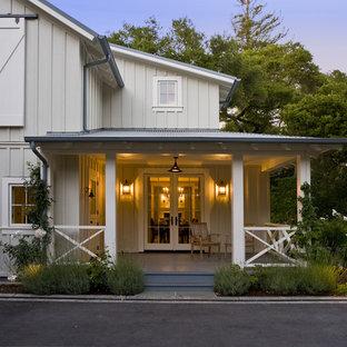 Inspiration för en lantlig veranda framför huset, med takförlängning