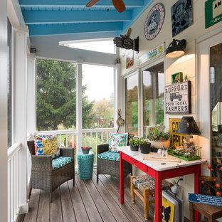Foto di un piccolo portico eclettico dietro casa con pedane e un tetto a sbalzo