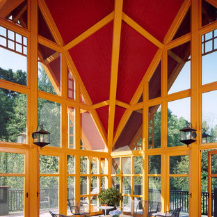 Immagine di un portico boho chic con piastrelle e un tetto a sbalzo
