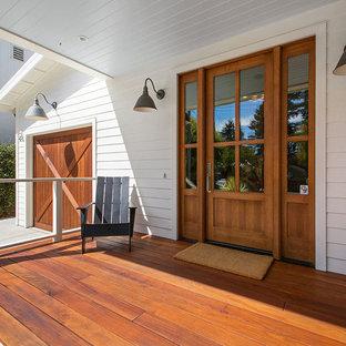 Idee per un portico country davanti casa con pedane e un tetto a sbalzo