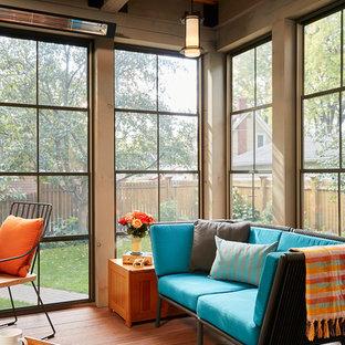 Diseño de porche cerrado clásico, grande, en anexo de casas, con entablado