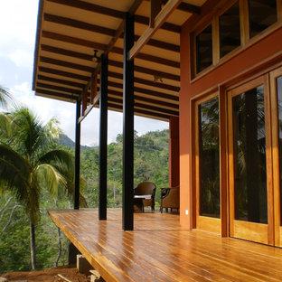 Ispirazione per un portico tropicale di medie dimensioni e dietro casa con pedane e un tetto a sbalzo