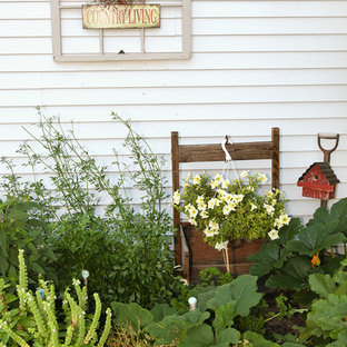 Inspiration for a shabby-chic style porch remodel in Columbus