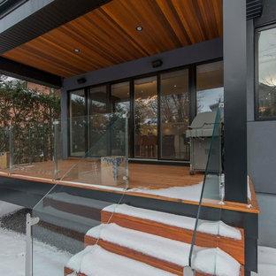 Idee per un portico industriale di medie dimensioni e dietro casa con pedane e un tetto a sbalzo