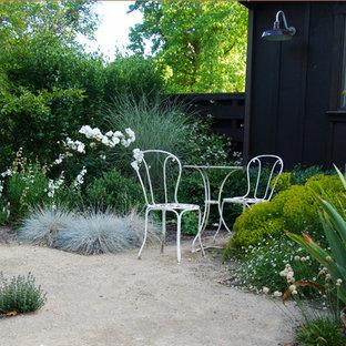 Ispirazione per un portico design di medie dimensioni e dietro casa con pavimentazioni in pietra naturale e un tetto a sbalzo