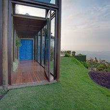 Eclectic Porch by Eduarda Correa Arquitetura & Interiores