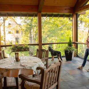 Foto di un grande portico rustico nel cortile laterale con un portico chiuso, pavimentazioni in pietra naturale e un tetto a sbalzo
