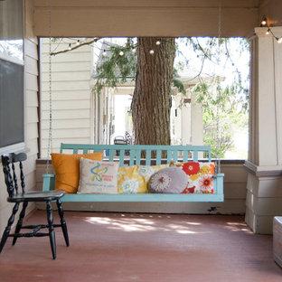 Immagine di un portico shabby-chic style davanti casa con un tetto a sbalzo