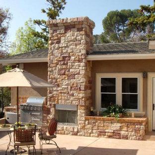 Idee per un portico tradizionale di medie dimensioni e dietro casa con un caminetto e pavimentazioni in mattoni
