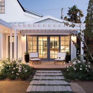 Imagen de terraza de estilo de casa de campo con jardín de macetas y pérgola