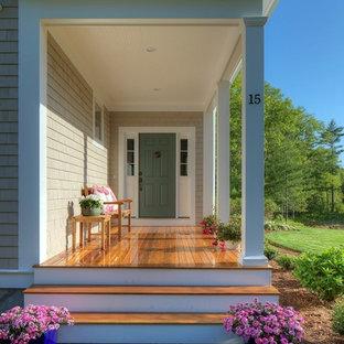 Ispirazione per un portico stile shabby di medie dimensioni e davanti casa con pavimentazioni in pietra naturale e un tetto a sbalzo