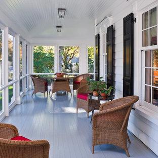 Imagen de porche cerrado clásico, grande, en anexo de casas y patio lateral, con entablado