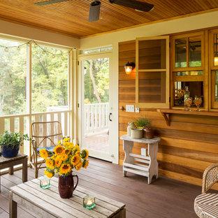 Bild på en rustik innätad veranda, med trädäck och takförlängning