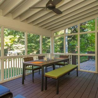 Imagen de porche cerrado clásico renovado, de tamaño medio, en patio trasero y anexo de casas, con entablado