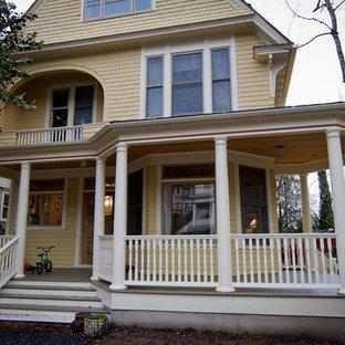 Idee per un ampio portico vittoriano davanti casa con pedane e un tetto a sbalzo