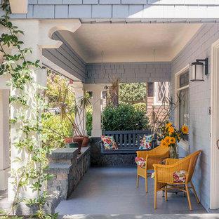 Idéer för mellanstora vintage verandor framför huset, med takförlängning och trädäck