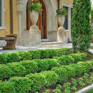 Foto di un grande portico vittoriano davanti casa con pavimentazioni in pietra naturale