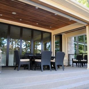 Modelo de porche cerrado clásico renovado, de tamaño medio, en patio trasero y anexo de casas, con suelo de baldosas