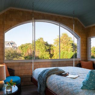 Ispirazione per un portico stile marinaro di medie dimensioni con pedane e un tetto a sbalzo