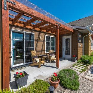 Imagen de terraza clásica, de tamaño medio, en patio delantero, con huerto, losas de hormigón y pérgola