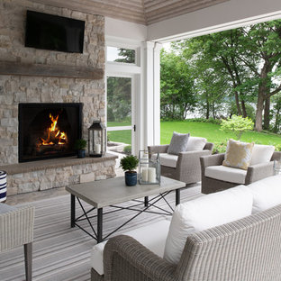 На фото: веранды среднего размера на заднем дворе в стиле современная классика с местом для костра, покрытием из каменной брусчатки и навесом