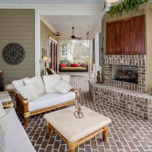Foto de terraza tradicional renovada, en patio delantero y anexo de casas, con adoquines de ladrillo y brasero