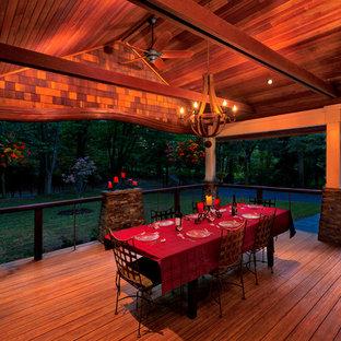 Ispirazione per un patio o portico american style davanti casa e di medie dimensioni con pedane e un tetto a sbalzo