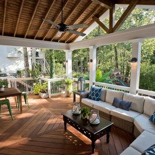 Idee per un portico costiero di medie dimensioni e dietro casa con un portico chiuso, pedane e un tetto a sbalzo