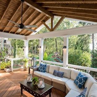 Idéer för att renovera en mellanstor maritim veranda på baksidan av huset, med takförlängning