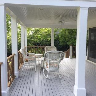 Imagen de terraza clásica, de tamaño medio, en patio trasero y anexo de casas, con entablado