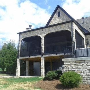 Idee per un portico vittoriano di medie dimensioni e dietro casa con un portico chiuso, pedane e un tetto a sbalzo