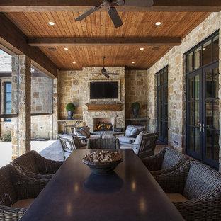 Idéer för att renovera en rustik veranda, med takförlängning och en öppen spis