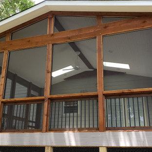 Immagine di un grande portico boho chic dietro casa con lastre di cemento e un tetto a sbalzo