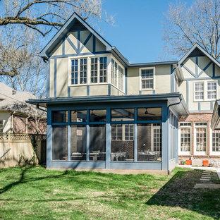 Idee per un grande portico chic dietro casa con un portico chiuso, cemento stampato e un tetto a sbalzo