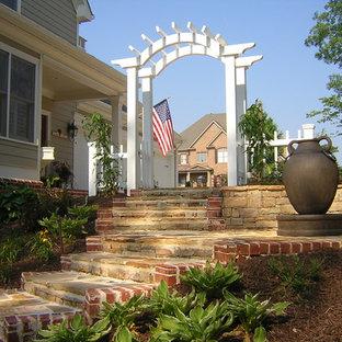 Foto di un portico stile americano di medie dimensioni e davanti casa con pavimentazioni in pietra naturale