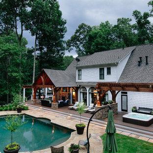 Foto på en mycket stor lantlig veranda, med trädäck