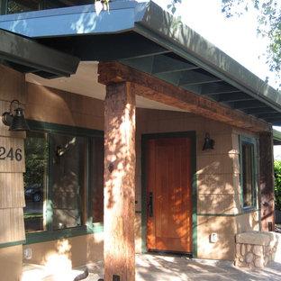 Ispirazione per un piccolo portico stile rurale davanti casa con pavimentazioni in cemento e un tetto a sbalzo