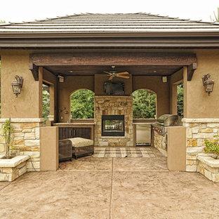 Imagen de terraza clásica renovada, grande, en patio trasero y anexo de casas, con brasero y suelo de hormigón estampado
