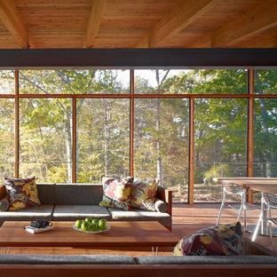 Ejemplo de porche cerrado retro, grande, en anexo de casas y patio trasero, con entablado