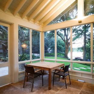 Ejemplo de porche cerrado clásico renovado en patio trasero