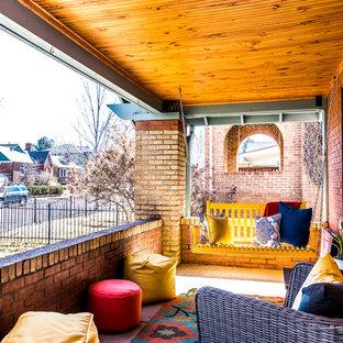 Идея дизайна: маленькая веранда на переднем дворе в стиле кантри с покрытием из бетонных плит и навесом
