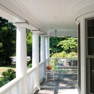 Immagine di un portico vittoriano davanti casa