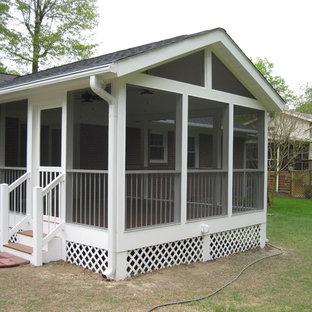 Foto di un portico tradizionale di medie dimensioni e dietro casa con un portico chiuso, pedane e un tetto a sbalzo
