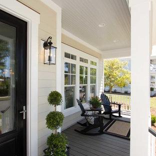 Diseño de terraza clásica, de tamaño medio, en anexo de casas y patio delantero, con entablado y jardín de macetas