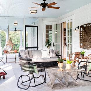 Diseño de porche cerrado clásico, grande, en patio trasero y anexo de casas, con entablado