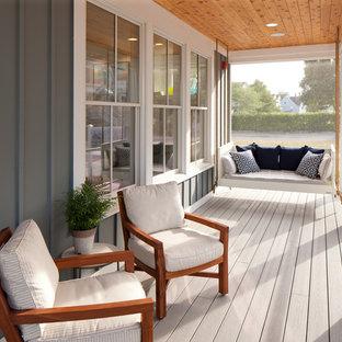Foto di un portico stile marino con pedane, un tetto a sbalzo e un portico chiuso