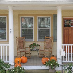 Foto på en vintage veranda framför huset