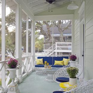 Ispirazione per un portico costiero di medie dimensioni e davanti casa con lastre di cemento, un tetto a sbalzo e un portico chiuso