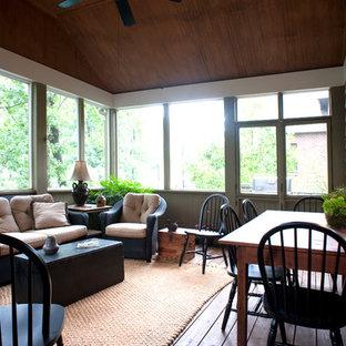Idee per un grande portico stile americano dietro casa con un portico chiuso, pedane e un tetto a sbalzo
