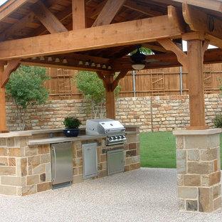 Foto de terraza rústica, de tamaño medio, en patio trasero, con cocina exterior y suelo de hormigón estampado